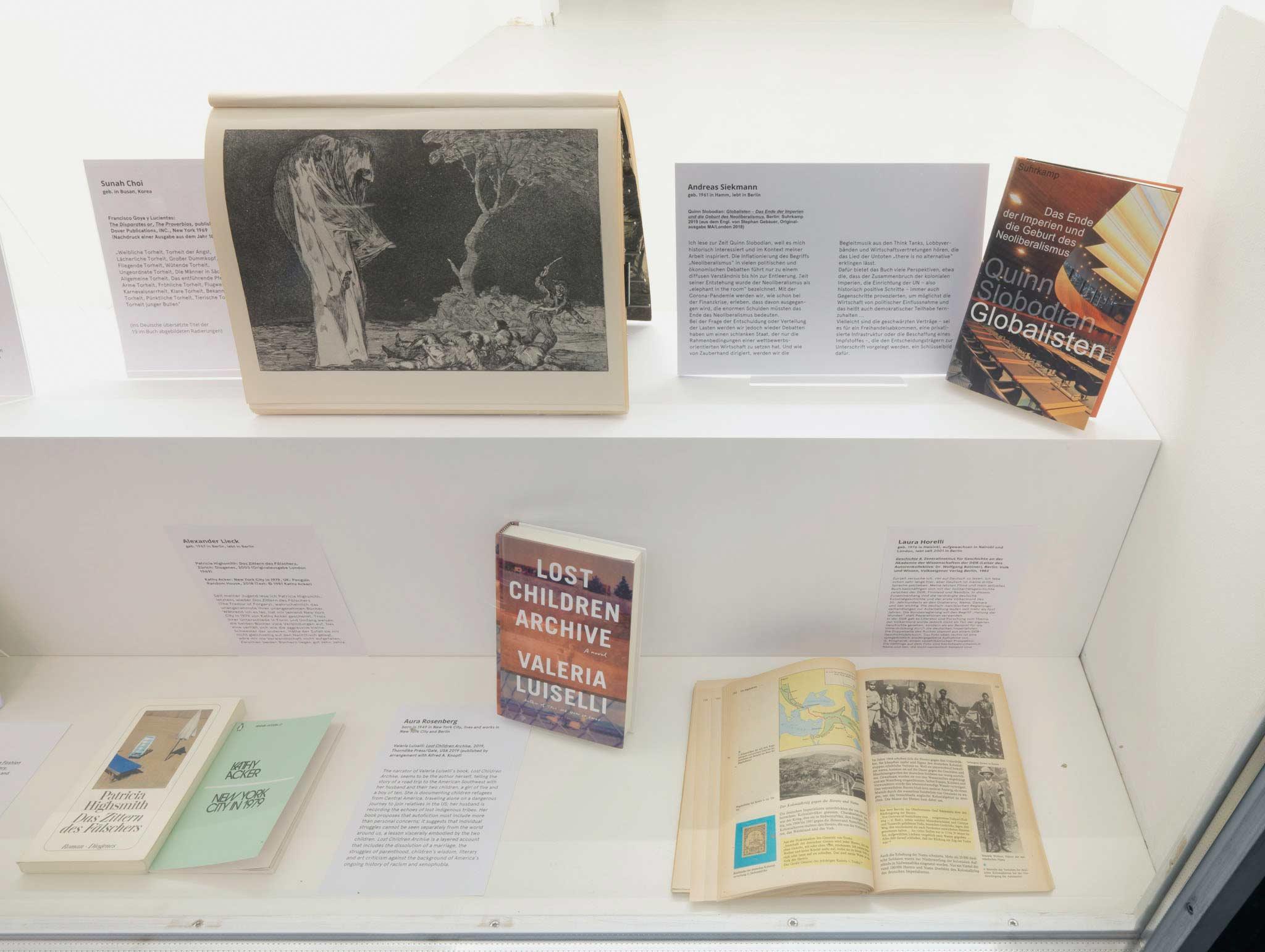 """<p>Oben: Sunah Choi – """"Francisco Goya y Lucientes: <i>The Disparates or, The Proverbios</i> (wechselnde Seiten/changing pages)"""", Andreas Siekmann – """"Quinn Slobodian: <i>Globalisten</i>"""".<br>Unten: Alexander Lieck – """"Patricia Highsmith: <i>Das Zittern des Fälschers</i> und/and Kathy Acker: <i>New York City in 1979</i>"""", Aura Rosenberg – """"Valeria Luiselli: <i>Lost Children Archive</i>"""", Laura Horelli – """"Zentralinstitut für Geschichte an der Akademie der Wissenschaften der DDR: <i>Geschichte 8</i> (S. 182/183)"""". Foto: Jens Ziehe</p>"""