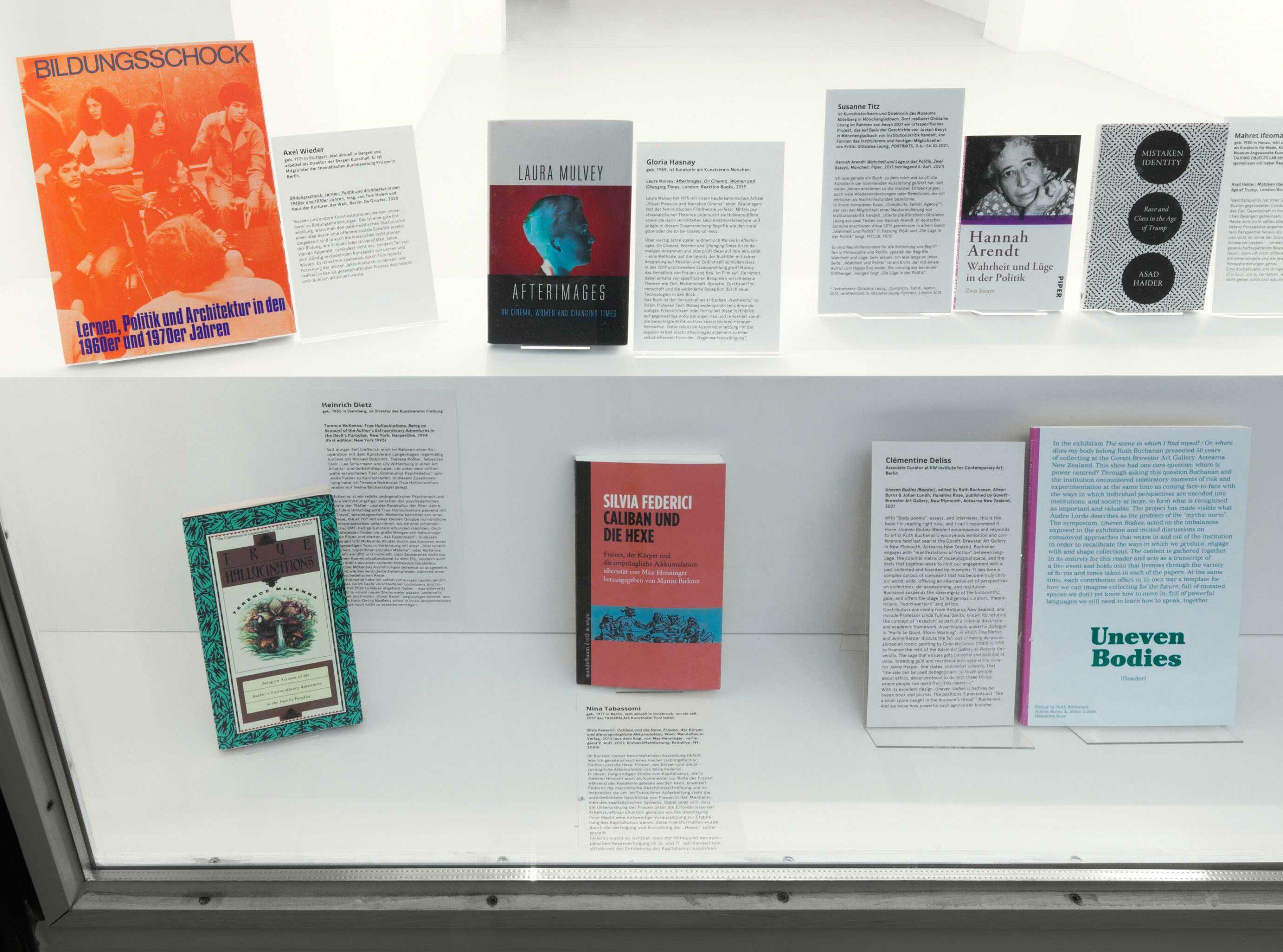 """<p>Oben: Axel Wieder – """"<i>Bildungsschock. Lernen, Politik und Architektur in den 1960er und 1970er Jahren</i>"""", Gloria Hasnay – """"Laura Mulvey: <i>Afterimages. On Cinema, Women and Changing Times</i>"""", Susanne Titz – """"Hannah Arendt: <i>Wahrheit und Lüge in der Politik. Zwei Essays</i>"""".<br>Unten: Heinrich Dietz – """"Terence McKenna: <i>True Hallucinations. Being an Account of The Author's Extraordinary Adventures ...</i>"""", Nina Tabassomi – """"Silvia Federici: <i>Caliban und die Hexe. Frauen, der Körper und die ursprüngliche Akkumulation</i>"""", Clémentine Deliss – """"<i>Uneven Bodies (Reader)</i>"""", Foto: Jens Ziehe</p>"""